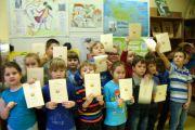 """Pożegnanie z pierwszą częścią """"Naszego elementarza"""" przez uczniów klasy I A"""
